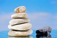 Stapel der Steine auf Seeküste Stockfotos