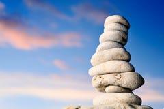 Stapel der Steine auf Seeküste Stockbild