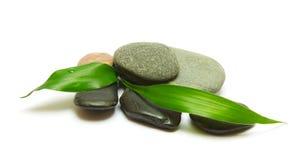 Stapel der Steine und der Bambusblätter auf Weiß Stockfotografie