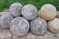 Stapel der Steinkanonekugeln Stockfoto