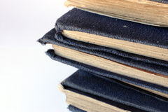 Stapel der tatty alten blauen Bücher Stockfotografie