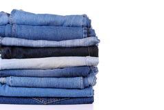 Stapel der unterschiedlichen Art der Blue Jeans Stockfotos