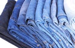Stapel der unterschiedlichen Art der Blue Jeans Lizenzfreies Stockbild