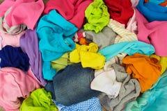 Stapel der unvorsichtig zerstreuten Kleidung stockbilder