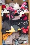 Stapel der unvorsichtig zerstreuten Kleidung in der Garderobe lizenzfreies stockfoto