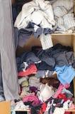 Stapel der unvorsichtig zerstreuten Kleidung in der Garderobe lizenzfreie stockbilder