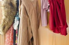 Stapel der unvorsichtig zerstreuten Kleidung in der Garderobe lizenzfreies stockbild