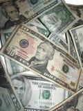 Stapel der US-Dollars auf Weiß Stockbilder