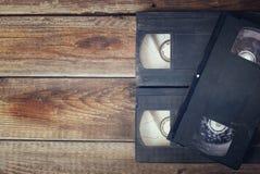 Stapel der Videobandkassette VHSs über hölzernem Hintergrund Draufsichtfoto Retro- Art-Bild Lizenzfreie Stockfotografie