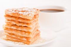 Stapel der Waffeln mit Honig und Zucker und Kaffee Lizenzfreies Stockbild