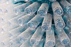 Stapel der Wasserflaschen Stockbilder
