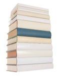 Stapel der weißen Bücher mit einem blauen Buch stockbilder