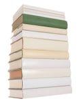 Stapel der weißen Bücher mit einem Grünbuch stockfotografie