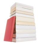 Stapel der weißen Bücher mit einem roten Buch stockfotografie