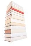 Stapel der weißen Bücher mit einem roten Buch stockbild