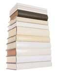 Stapel der weißen Bücher mit einem schwarzen Buch stockfotos