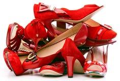 Stapel der weiblichen roten Schuhe stockbild