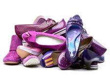 Stapel der weiblichen violetten Schuhe Stockbilder
