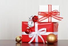 Stapel der Weihnachtsgeschenke mit Glocken Lizenzfreie Stockfotos