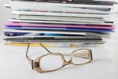 Stapel der Zeitschrift und der Brillen Lizenzfreies Stockfoto