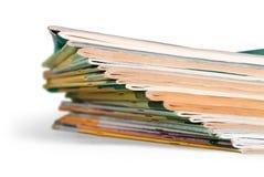 Stapel der Zeitschriften auf weißem Hintergrund lizenzfreie stockfotografie