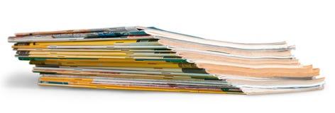 Stapel der Zeitschriften auf weißem Hintergrund lizenzfreie stockfotos