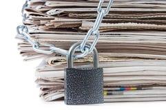 Stapel der Zeitungen mit Ketten, auf Weiß Stockbilder