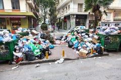 Stapel des Abfalls in der Mitte von Saloniki - Griechenland Stockbilder