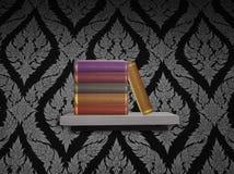 Stapel des alten Buches auf Regal stockfotos