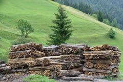 Stapel des Bauholzschnittes in Bretter und gestapelt Lizenzfreie Stockbilder