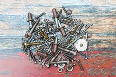 Stapel des benutzten Baus zerteilt wie Nägel, Schrauben und Nüsse stockfotografie
