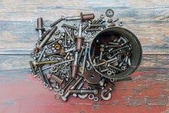 Stapel des benutzten Baus zerteilt wie Nägel, Schrauben und Nüsse lizenzfreie stockbilder