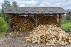 Stapel des Birkenbrennholzes draußen Stockfoto