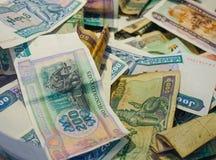 Stapel des birmanischen Geldes im Spendenkasten stockfotos