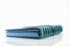 Stapel des blauen ledernen Notizbuches der Ringmappe lizenzfreie stockfotografie