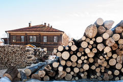 Stapel des Brennholz- und hölzernemhauses Stockbild