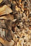 Stapel des Brennholzes Stockbilder