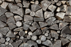 Stapel des Brennholzes stockfotos