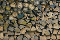 Stapel des Brennholzes Stockbild