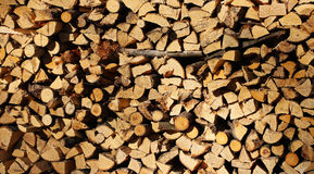 Stapel des Brennholzes vor einem vergipsten Landhaus Stockfotos