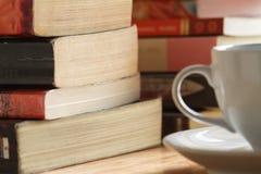 Stapel des Buches auf der Tabelle Stockbild