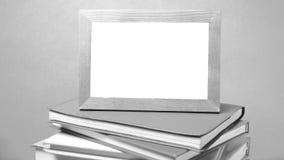 Stapel des Buches und Foto gestalten Schwarzweiss-Tonart Stockfotografie