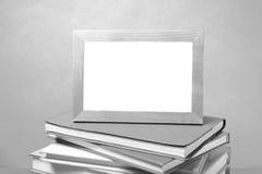 Stapel des Buches und Foto gestalten Schwarzweiss-Tonart Lizenzfreies Stockfoto