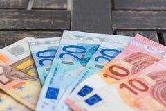 Stapel des Eurobanknotendetailfotos Detail von zehn, von zwanzig und Lizenzfreies Stockbild