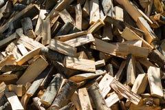 Stapel des gehackten Feuerholzes Stockfotografie
