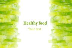 Stapel des gehackten grünen Paprikas schellt auf einem weißen Hintergrund Getrennt Dekorativer Rahmen von grünen Paprikapfeffern  stockfotografie