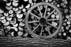 Stapel des gehackten Holzes mit einem Rad stockbild