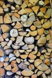 Stapel des gehackten Staplungsbrennholzes lizenzfreie stockfotos