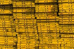 Stapel des gelben Schalungsbaustahls Stockbilder