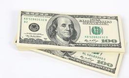Stapel des Geldamerikaners hundert Dollarscheine auf weißem Hintergrund Lizenzfreie Stockbilder
